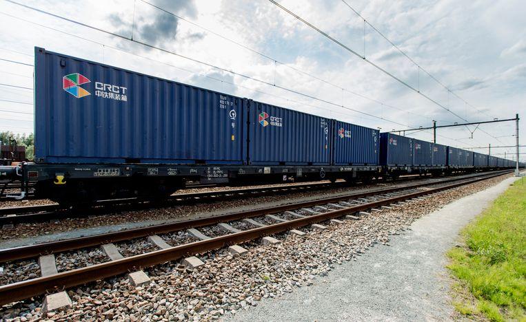 De eerste trein uit goederentrein uit China met containers voor de Rotterdamse haven is op 23 juli aangekomen op het rangeerterrein Kijfhoek. De trein is op 5 juli uit Kunming vertrokken.  Beeld ANP