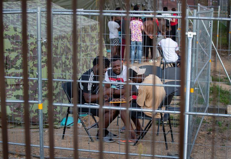 Migranten in een opvangkamp nabij Vilnius.  Beeld AP