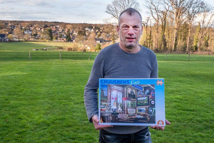 Roy Kersten met de puzzel van het 'Gruusbeks Café'.