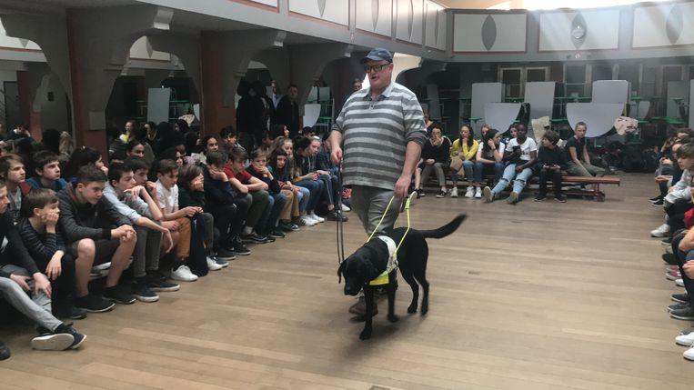 Kris Vangramberen, begeleid door zijn blindengeleidehond Stella in zaal Gillade in Aalst.