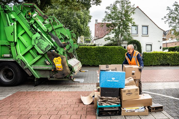 In Overbetuwe, zoals hier in Driel, wordt sinds juli het oud papier alweer door vrijwilligers van clubs opgehaald.
