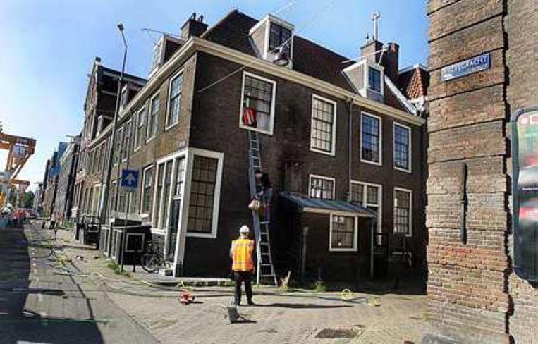 Circa twintig bewoners van in totaal zes gebouwen moesten woensdagavond hun woning verlaten nadat die waren verzakt. Foto ANP/Evert Elzinga Beeld
