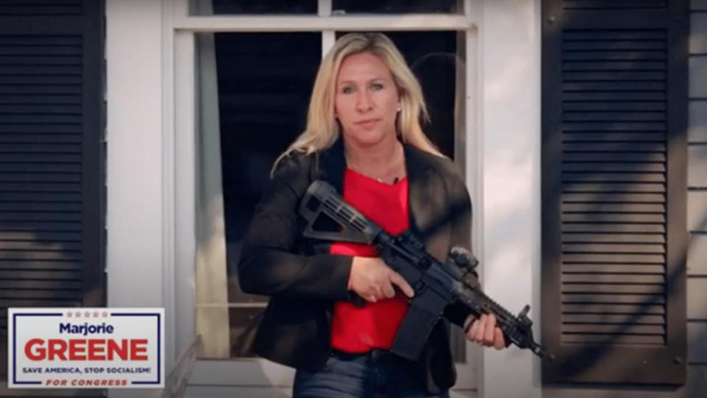 Een beeld uit de campagnevideo van Marjorie Taylor Greene Beeld x