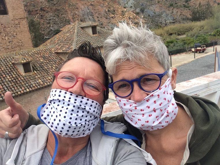 Journalist Annemie Struyf zocht opnieuw contact met haar gasten uit Eviva España. Beeld VRT