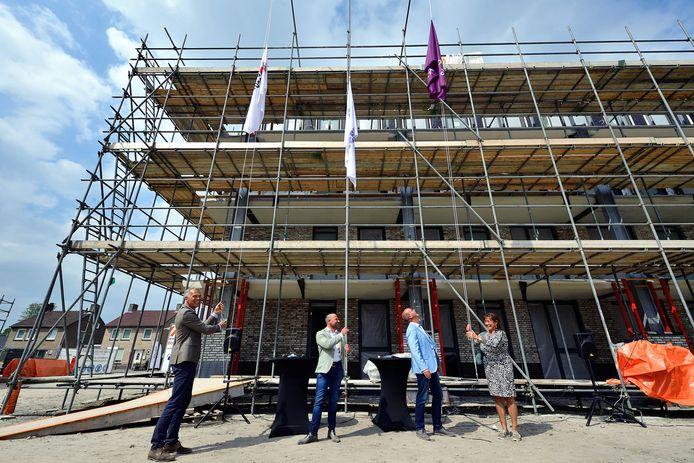 Bart de Kok (bouwgroep), Pierre Hobbelen (Thuisvester), wethouder René Lazeroms en burgemeester Marjolein van der meer Mohr hijsen de vlag vanwege het hoogste punt in het appartementencomplex De Vlette.