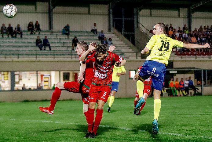Kenzo Borkelmans en Michiel De Bolster van FCE Meetjesland kunnen niet verhinderen dat Timothy Allemeersch (SKDJ Lovendegem) de 1-0 in doel kopt.