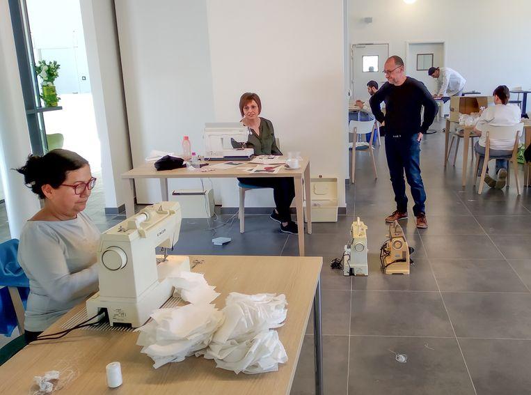 Maatwerkbedrijf Den Azalee heeft naaiateliers ingericht in de Lamstraat en de Heistraat, waar sinds deze week mondmaskers worden gemaakt voor de woon-zorgcentra en de hulpverleningszone Waasland.