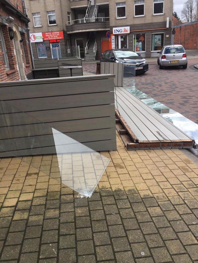 Het terras van het eetcafé Blablabla werd door de wind aan diggelen geslagen.