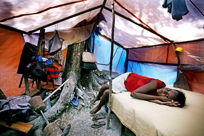 Een meisje in een tent in Port-au-Prince, na de aardbeving in Haïti in 2010.