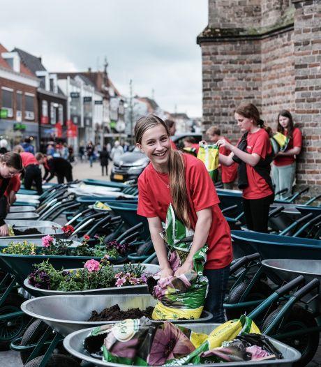 Kruiwagens vol bloemen symbool voor mentaliteit ondernemers: 'Ze tonen enorme veerkracht en flexibiliteit'