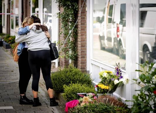 Twee meisjes troosten elkaar na het leggen van bloemen neer bij de woning van het 15-jarige meisje dat is overleden na een steekpartij. De politie onderzoekt wat er precies is gebeurd. Er is een jongen van 16 aangehouden die ervan wordt verdacht het meisje te hebben gedood.