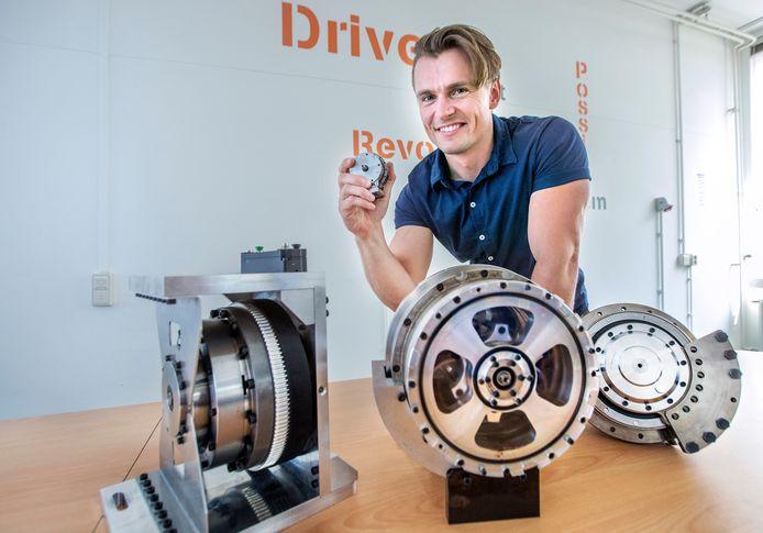 Thibaud Verschoor met het 'robothart' van IMSystems.