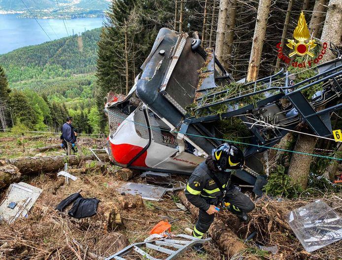 Foto van de Italiaanse brandweer. Reddingwerkers bij de kabelbaan in Stresa, nabij Lago Maggiore.