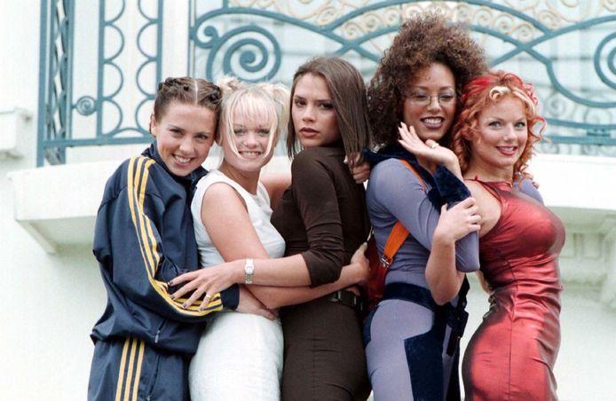 De Spice Girls in 1997, met Victoria Beckham in het midden. (VLNR: Mel C, Emma, Victoria, Mel B, Geri)