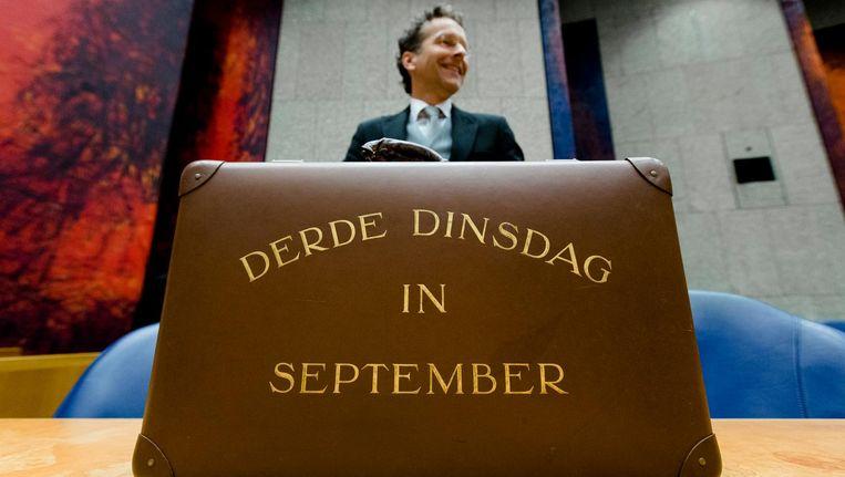 Minister Dijsselbloem vorig jaar met het koffertje met de rijksbegroting en miljoenennota. Beeld anp