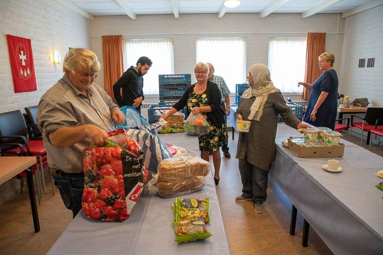 Distributiepunt van de Voedselbank Leeuwarden in Stiens. Beeld null