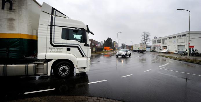 Vrachtwagens en fietsers rijden samen over de smalle Leemstraat. De combinatie wordt levensgevaarlijk gevonden door mensen die er werken. Na de opening van de Nelson Mandelaweg rijdt nóg meer vrachtverkeer over de weg.