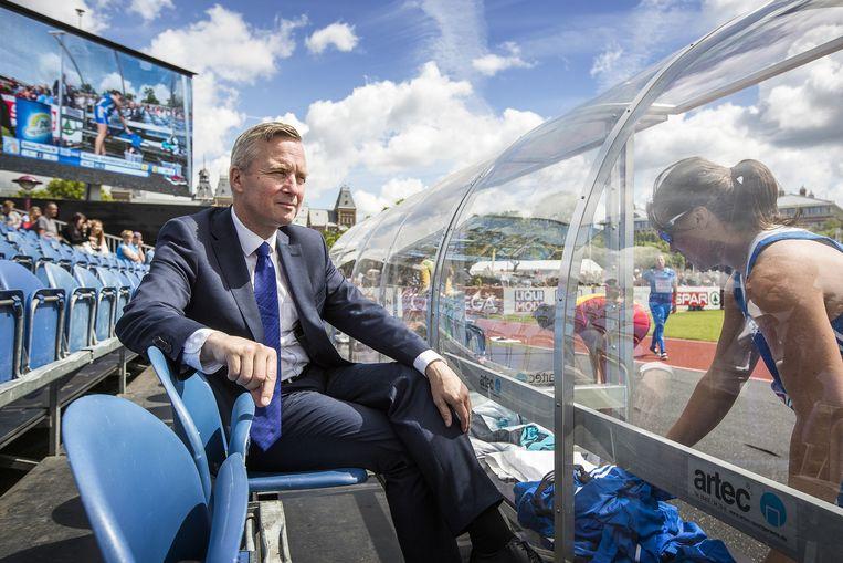 De Amsterdamse wethouder Eric van den Burg op de tribune. Beeld Jiri Buller / de Volkskrant