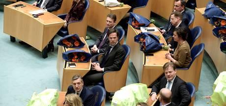 Nieuwe Kamerleden met rode blos in blauwe stoelen