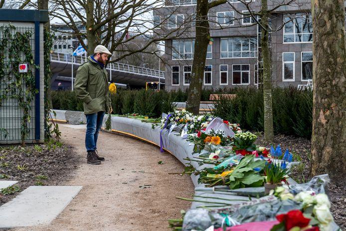 Bloemen op de herdenkingsplek op het 24 Oktoberplein, een jaar na de tramaanslag. Vier mensen kwamen daarbij om het leven.