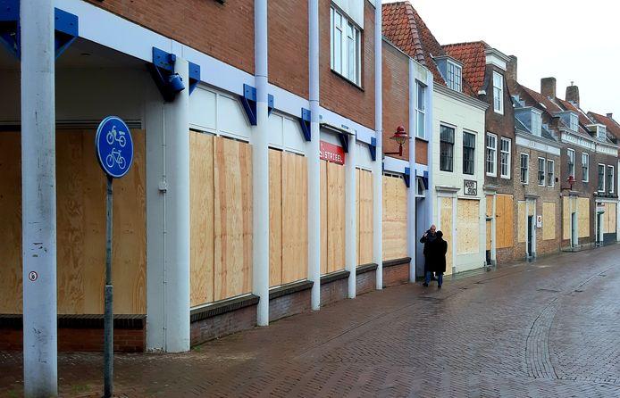 De houten platen blijven voorlopig zitten voor panden in de Lange Geere in Middelburg.