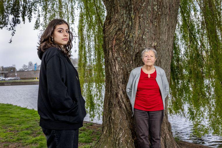 Sara Denno en Trijneke Blom-Post staan tegenover het huis van Blom-Post in Uithoorn. Beeld Jean-Pierre Jans