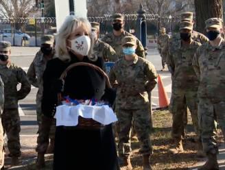 """First lady Jill Biden deelt koekjes uit aan Nationale Garde: """"Ik heb ze niet allemaal zelf gebakken"""""""