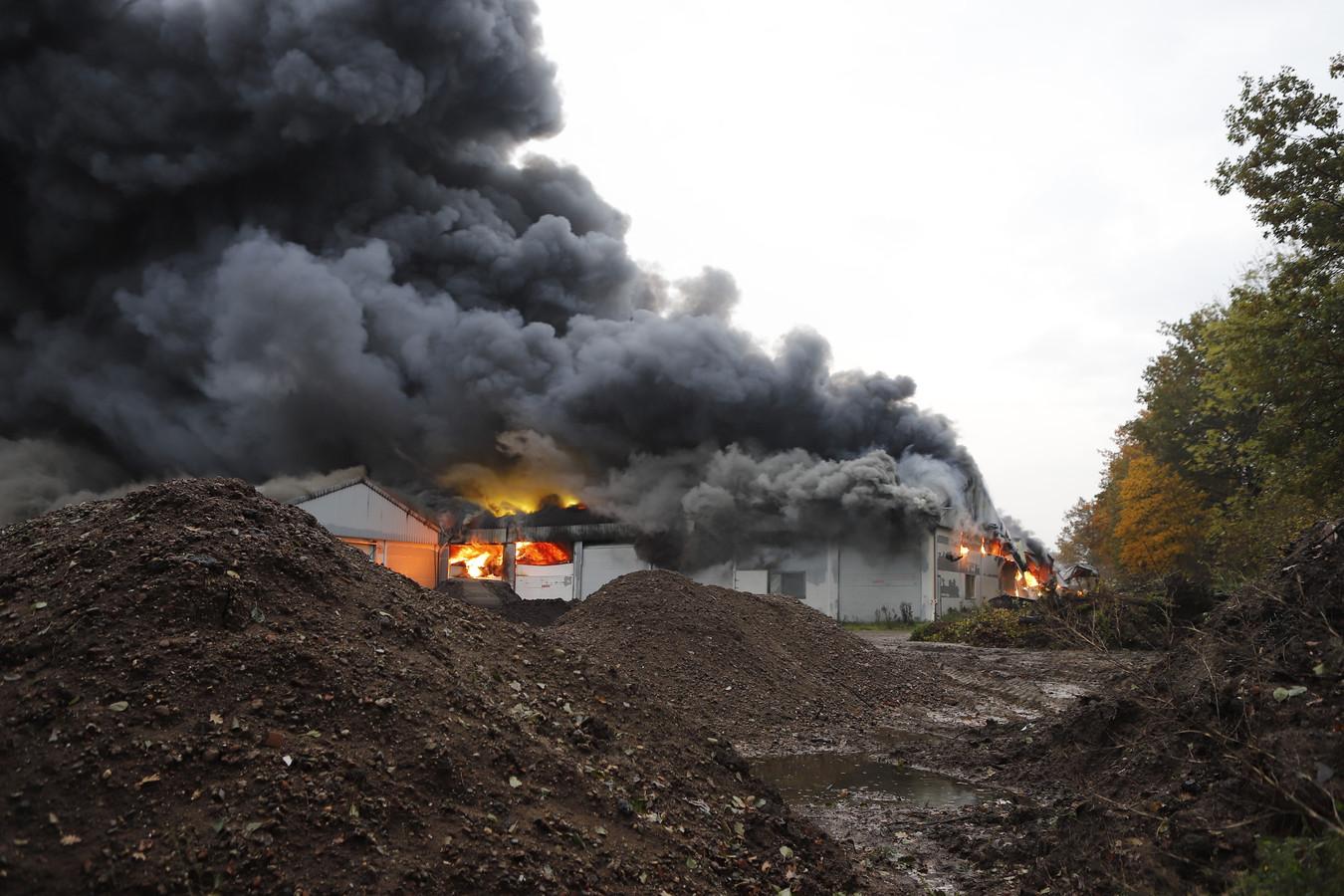 Aan de Dorpsstraat in Oeffelt is vrijdagochtend brand uitgebroken in een loods.