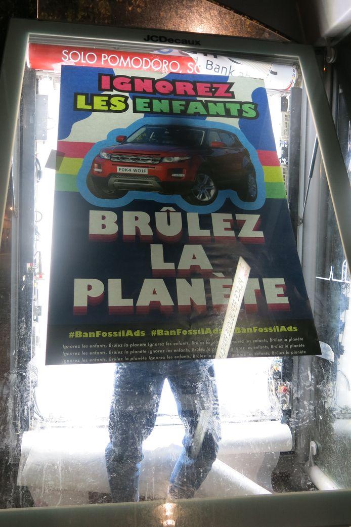 Campagne du collectif Liège sans pub contre les publicités des industries qui promeuvent les combustibles fossiles.