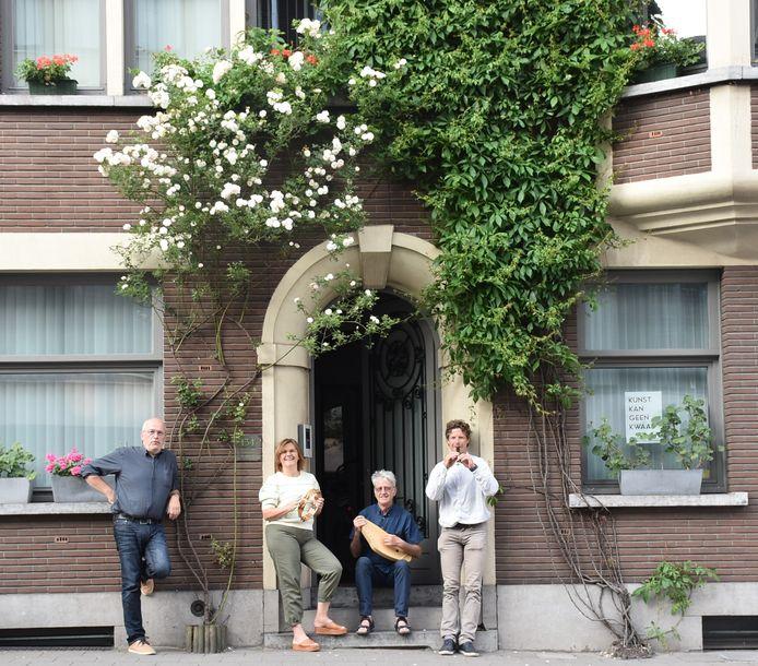 De leden van GroenRood bij de geveltuin van Martijn Bruneel en Hadewych Claus in de Guido Gezellelaan.