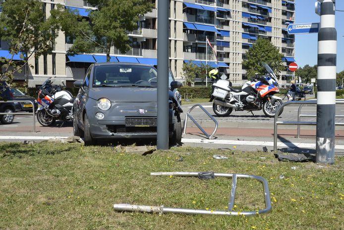 Twee auto's botsten op elkaar, eentje kwam voor een lantaarnpaal tot stilstand.