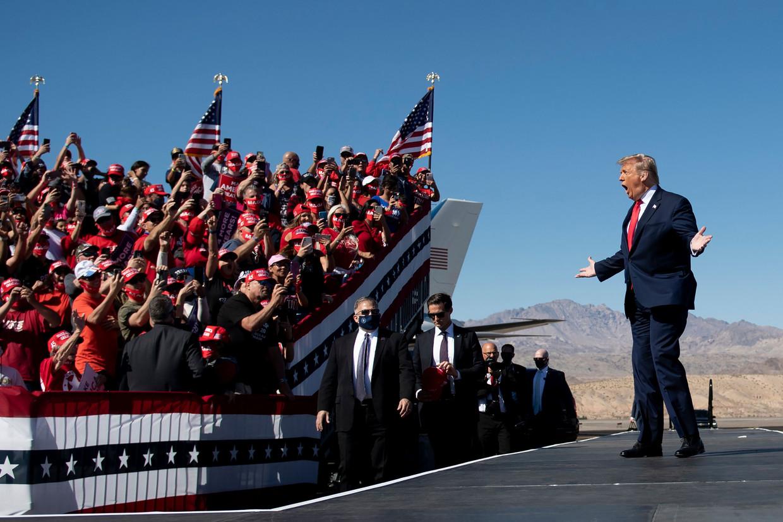 President Donald Trump arriveert bij zijn Make America Great Again-rally bij Laughlin/Bullhead International Airport in Arizona.