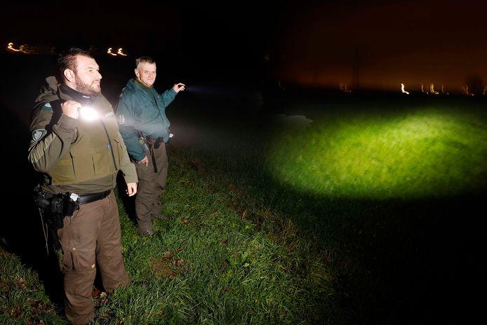 Amel Kadic (links) en Ger Otten speuren in het buitengebied bij Niftrik.