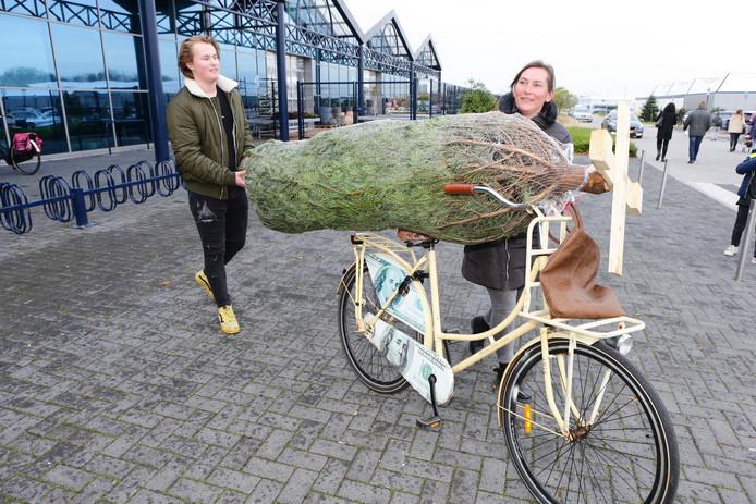 Bianca en Jayden de Knegt halen hun boom met de fiets.