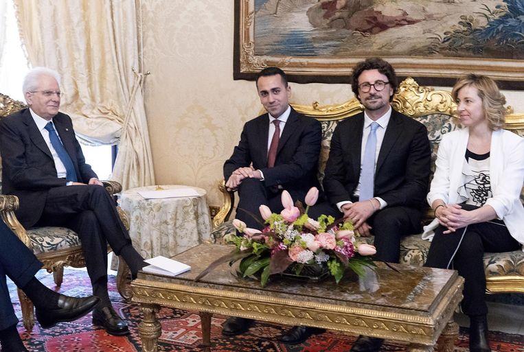 President Mattarella (links) met de leiders van de Vijfsterrenbeweging.  Beeld EPA