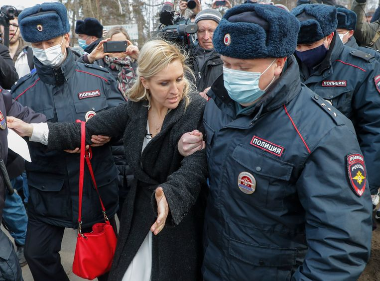 De persoonlijke arts van Navalny wordt weggevoerd door Russische agenten. Beeld EPA