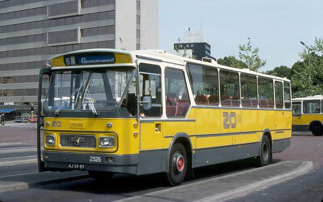 De Zuidooster-bus waarmee een tocht door Maas en Waal wordt gemaakt.