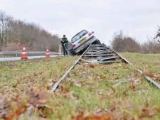 Man wordt onwel achter het stuur en rijdt op de vangrail
