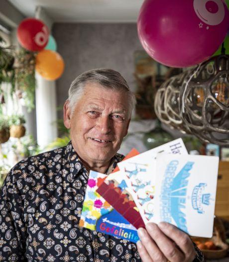 Bennie (70) bezorgt op de fiets alle 175 leden van Excelsior Losser elk jaar een verjaardagskaart, al 35 jaar