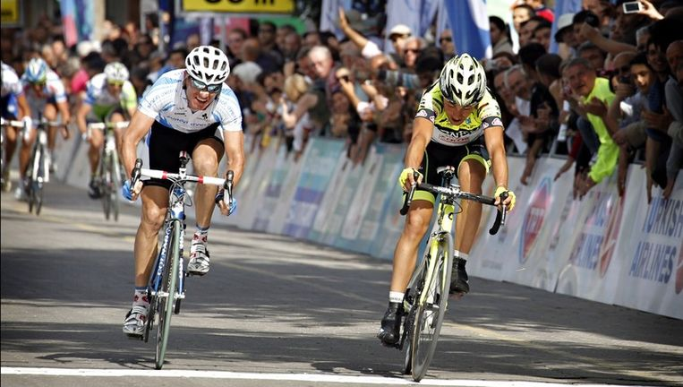 Matteo Rabottini (rechts) hield op de streep nog net Alexander Efimkin af. Beeld PHOTO_NEWS