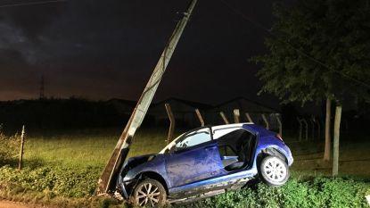 Auto belandt tegen elektriciteitspaal