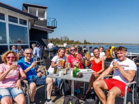 Paasdrukte in Giethoorn: bootje varen en selfies maken, ook onze oosterburen hebben de regio ontdekt