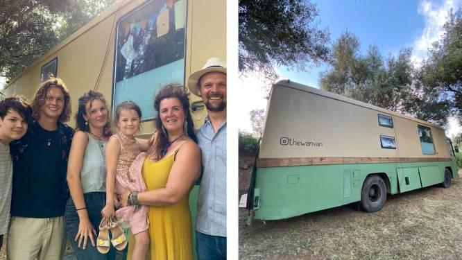 """Familie Wandels verbouwde een grote bus om met 9 naar Portugal te reizen: dit zijn hun tips en budget. """"Met minder leven voelt juist vrijer"""""""