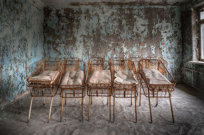 De roestige babybedden in Prypjat bij Tsjernobyl.