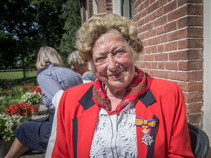 Ambachtsvrouwe Jeanne van Dijk van 't Velde-Rademacher Schore bij de uitreiking van haar onderscheiding in 2015.