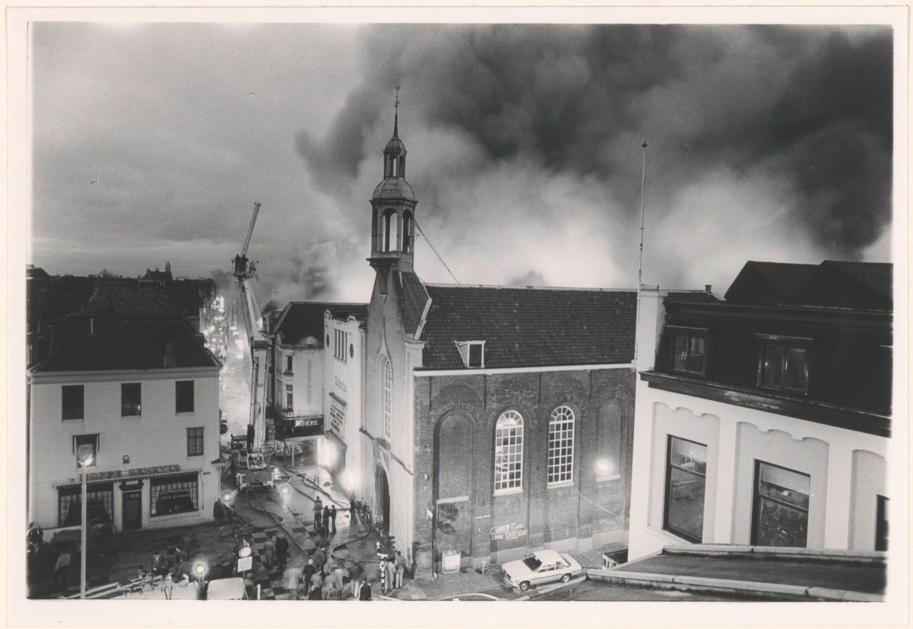 De grote brand in 1982 in meubelzaak Buytink op de hoek van de Voorstraat en de Visstraat. Op de voorgrond de Waalse Kerk en bioscoop Astoria, met daarachter schoenenwinkel Van Boxel.
