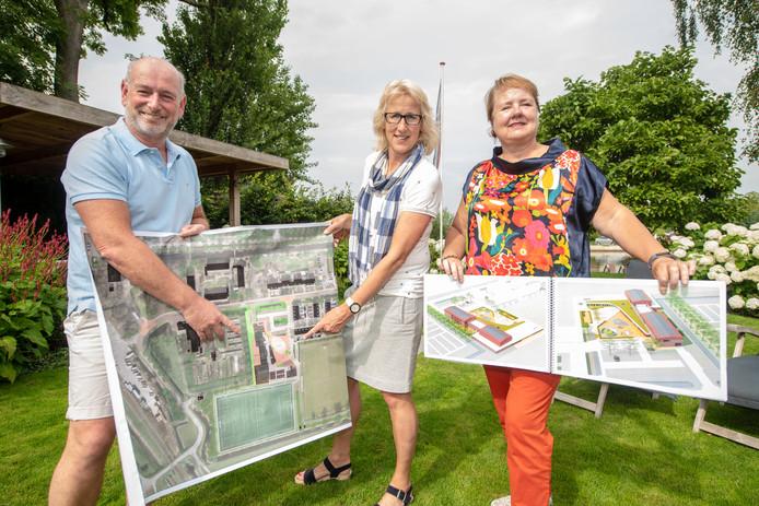 Dick Kool, Eveline Prins en Terry Schuffelen (v.l.n.r.) met een plattegrond van de nieuw te bouwen accommodatie in Zwammerdam.