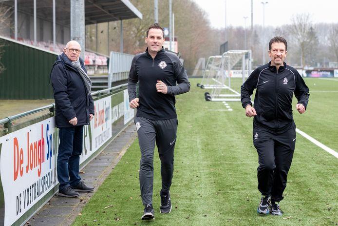 De de regionale arbiters Ron Collé (rechts) en Pieter van Veelen trainen onder toeziend oog van Johan Heijkoop, die zich bezighoudt met het opleiden van voetbalscheidsrechters.