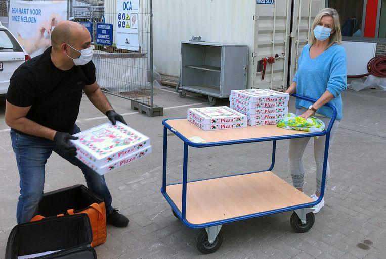 Tamar Memet leverde gratis pizza aan het AZ Herentals.