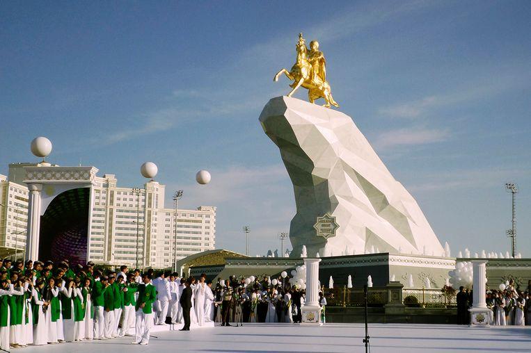 Een standbeeld van de huidige president te paard in Ashgabat. Beeld ap